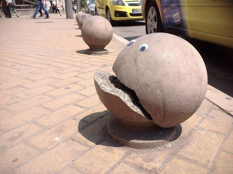 googly-eyebombing-street-art-bulgaria-40-592d23752e3a5__880